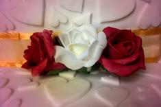 Image of roses on a wedding cake